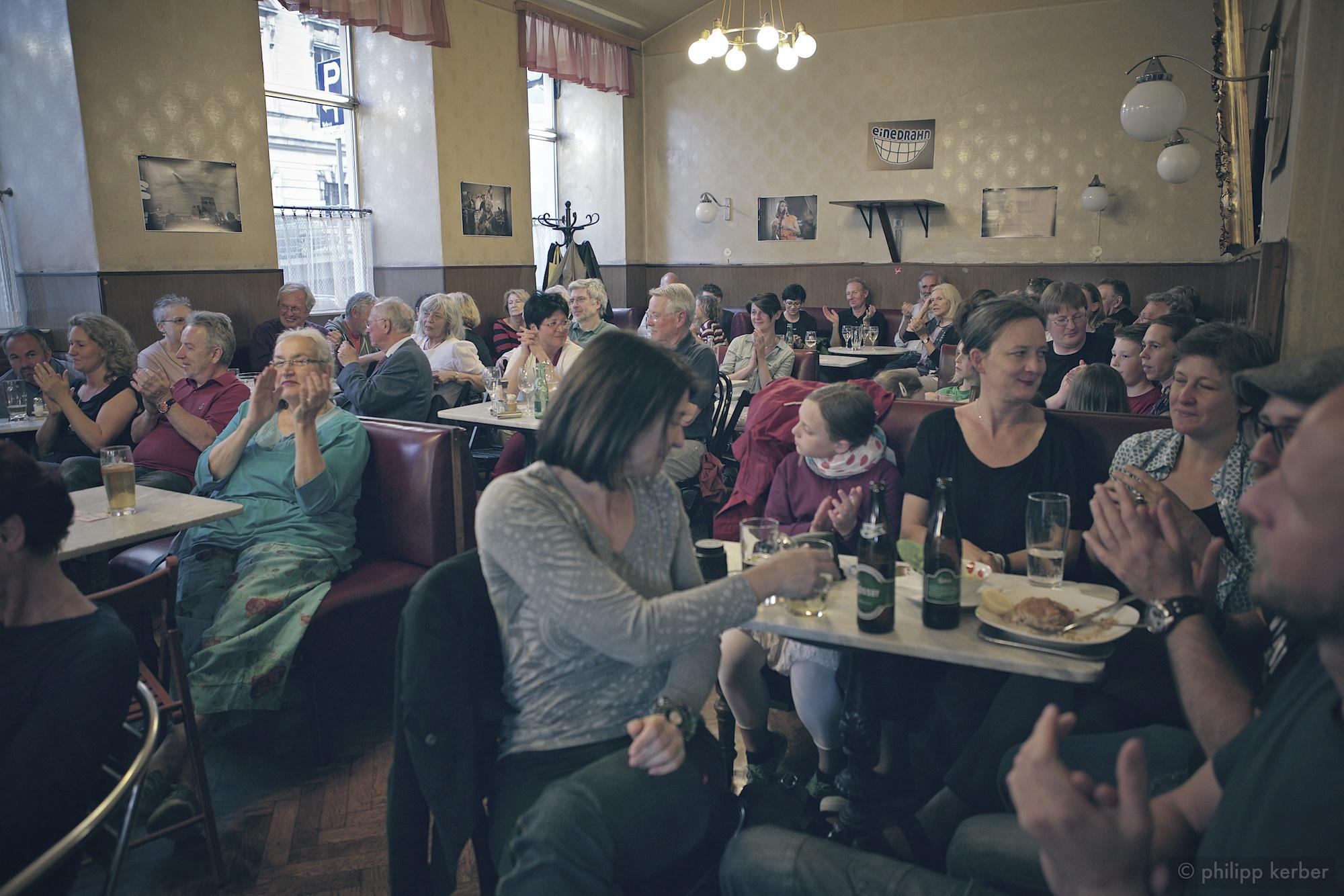 Einedrahn-Geburtstag_Publikum-im-Cafe-Heumarkt_01_PKerber